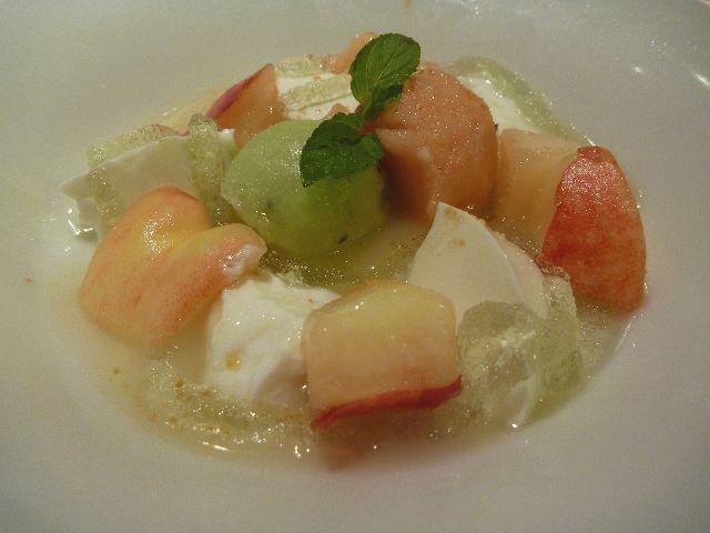 フレッシュ桃とミルクプリンのスープ仕立て
